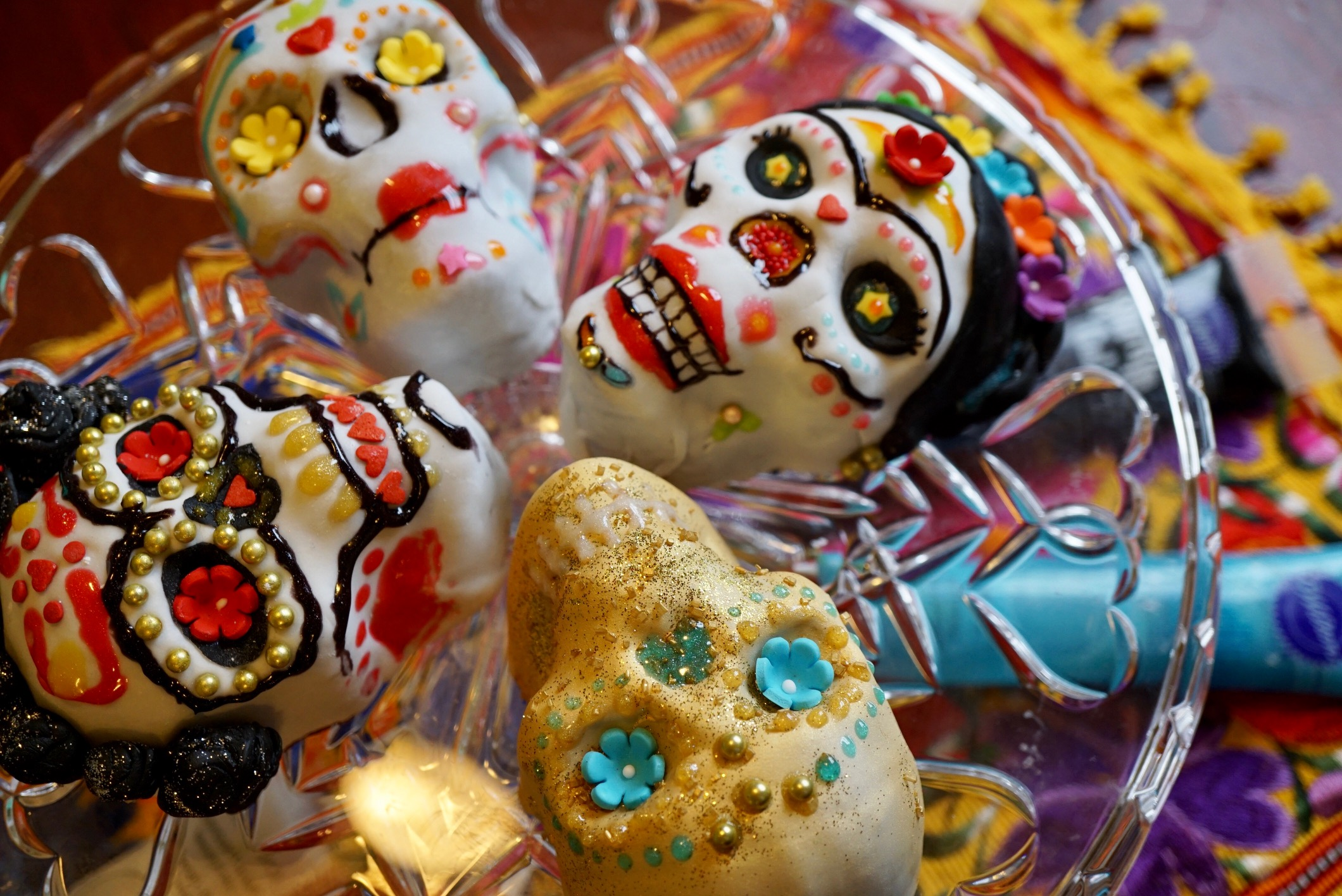 How To Have A Dia De Los Muertos Mini Cake Decorating Party